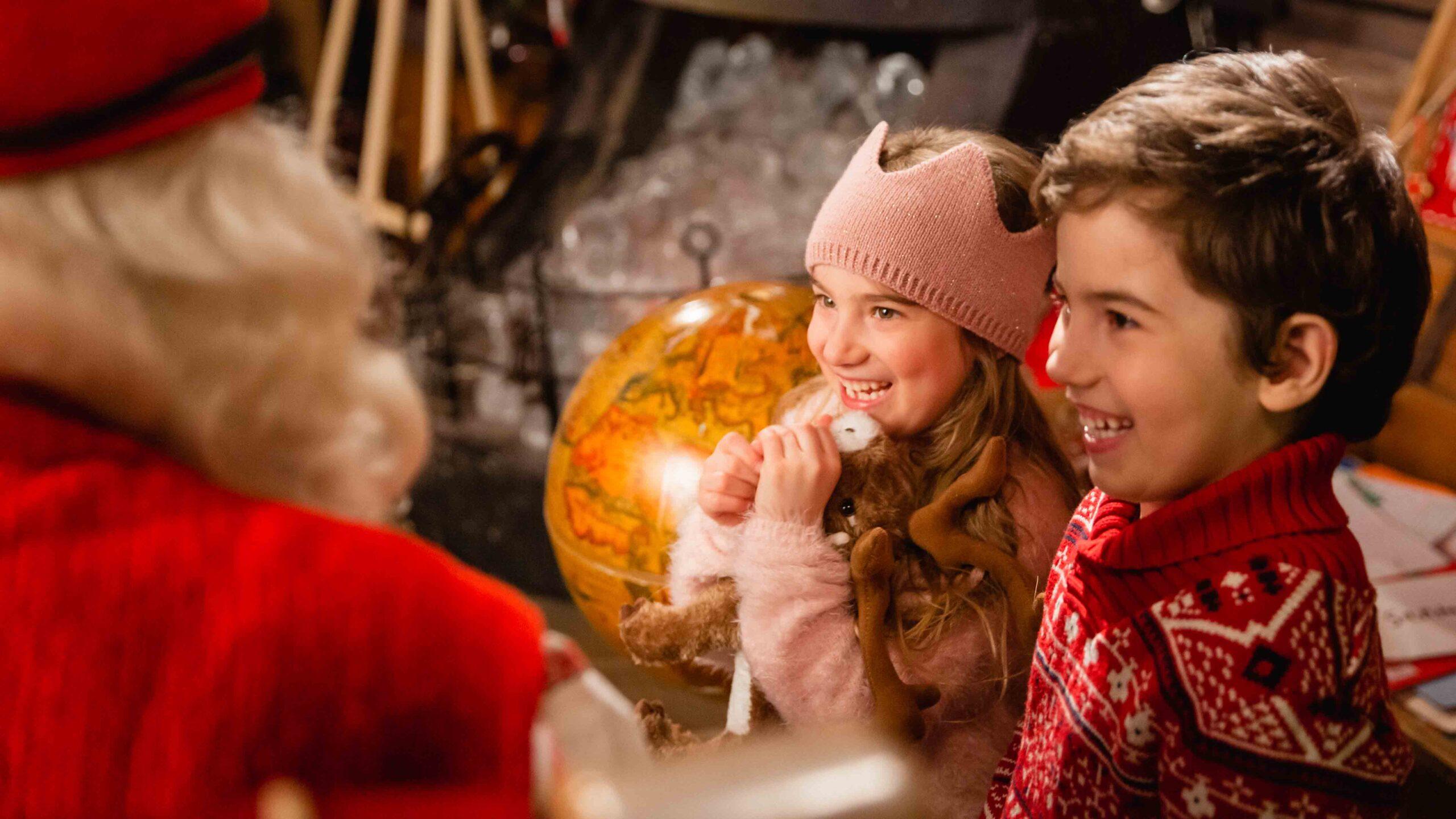 Lapset tapaamassa Joulupukkia Joulupukin Pajakylässä, Rovaniemellä