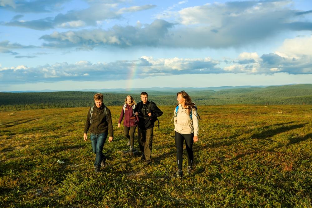 Ystävät nauttimassa luonnosta Inari-Saariselän alueella Lapissa