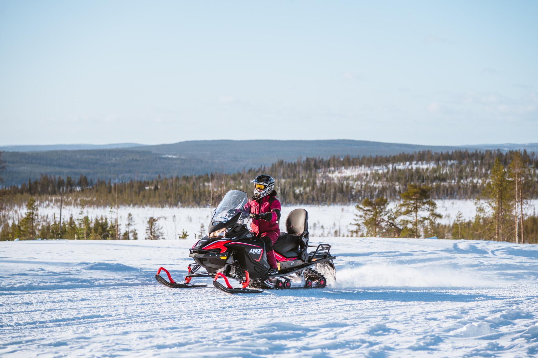 Moottorikelkkailu Rovaniemella Lapissa Snowmobiling in Rovaniemi Lapland Finland