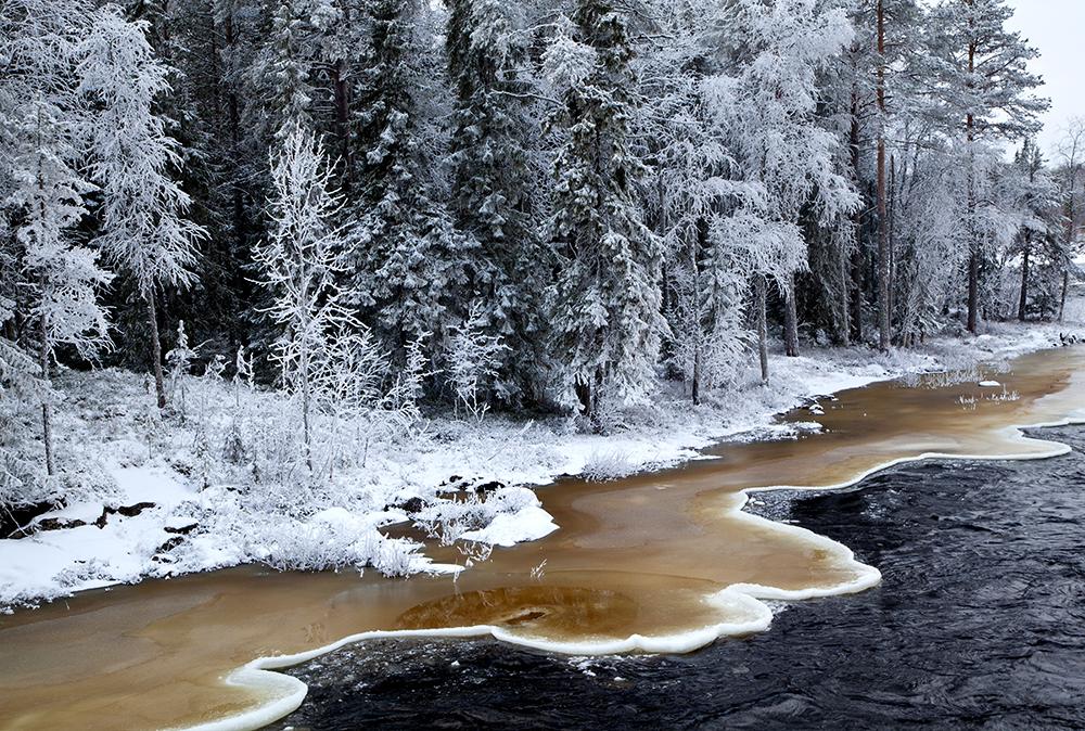 Jäämuodostelma joen rannalla. Ice formation along the river bank