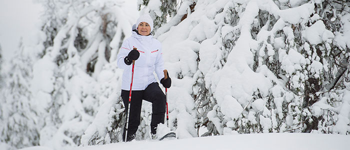visit-rovaniemi-winter-activities-snowshoeing-forest-lady